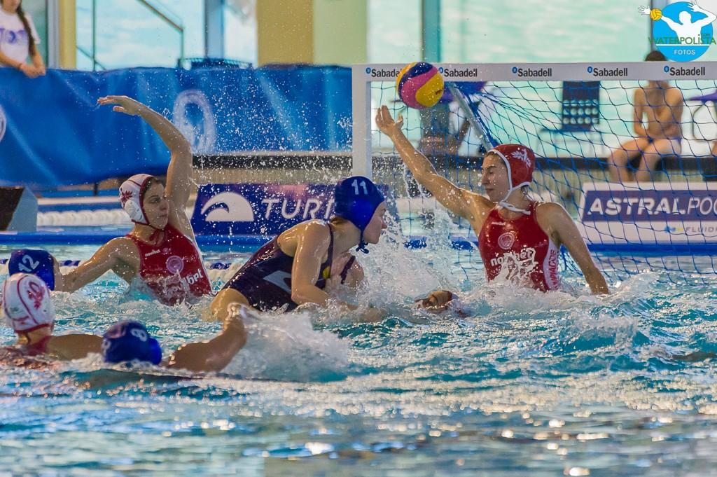 Un lance del partido entre el Olympiacos y el UVSE húngaro / ATELIER PHOTO