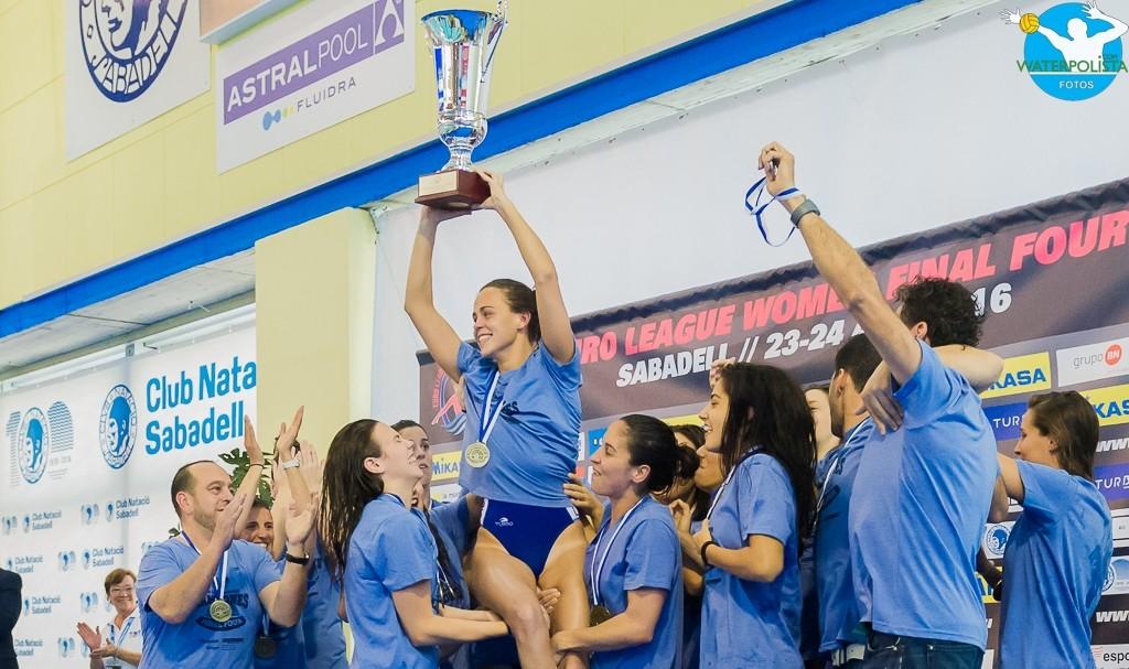 Olga Domenech levantando el título de campeón de Euroleague 2016 / ATELIER PHOTO