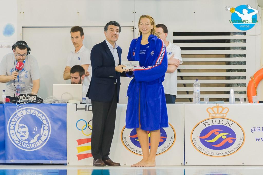 La portera recibió el galardón de mejor portera a manos de Enric Bertrán / ATELIER PHOTO