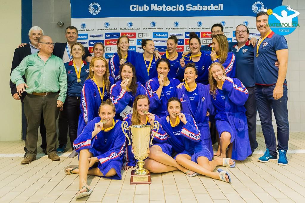 Las chicas de Florín Bonca posaron para WATERPOLISTA.com con el trofeo de campeón / ATELIER PHOTO