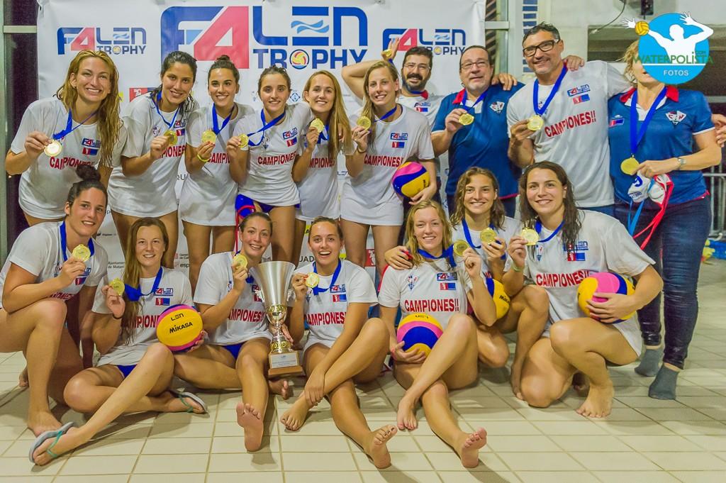 Las chicas de La Sirena CN Mataró posaron para WATERPOLISTA.com con el trofeo / ATELIER PHOTO