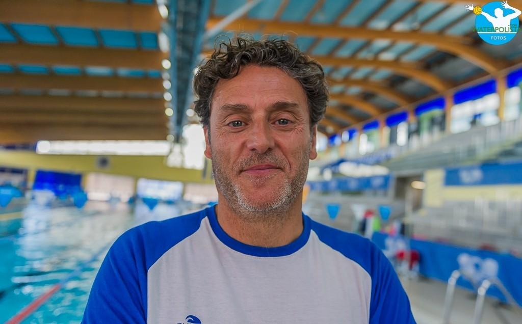 El entrenador del CNS posó para WATERPOLISTA.com en Can Llong / ATELIER PHOTO