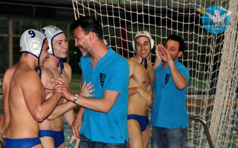 El entrenador del Molins de Rei celebrado el ascenso con sus chicos / MIKE LENARD