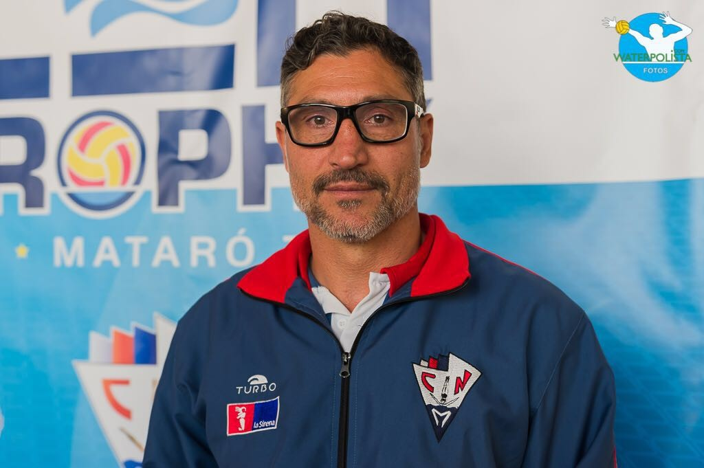 El entrenador de La Sirena CN Mataró posó para WATERPOLISTA.com / ATELIER PHOTO