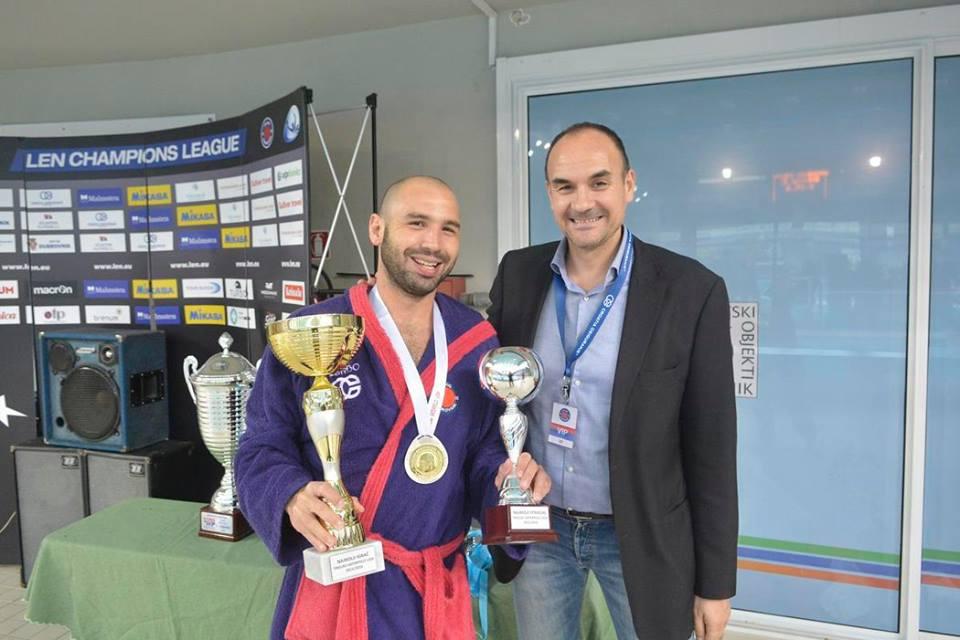 Felipe Perrone recibiendo el reconocimiento individual / V.K.