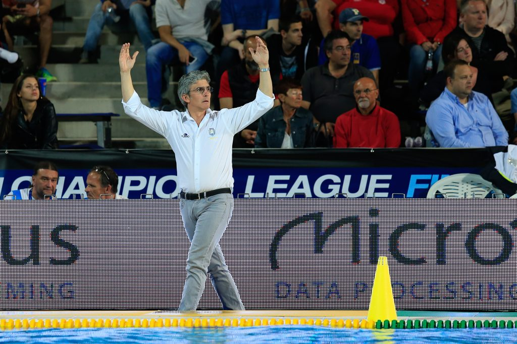 El entrenador del Pro Recco durante el partido de ayer ante el Jug / DAVID MADAR
