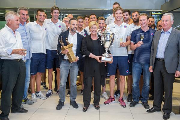 La presidenta de Croacia en el Aeropuerto recibiendo al equipo del Jug / V.K.