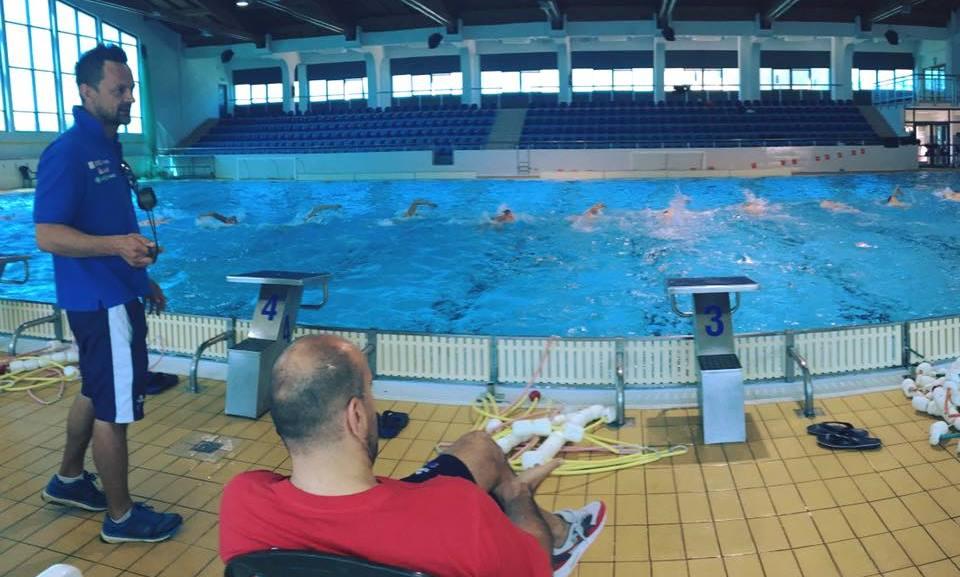 El seleccionador croata durante el entrenamiento del pasado 15 de junio en la piscina de Sibenik con Xavi García junto al resto de croatas / HVS