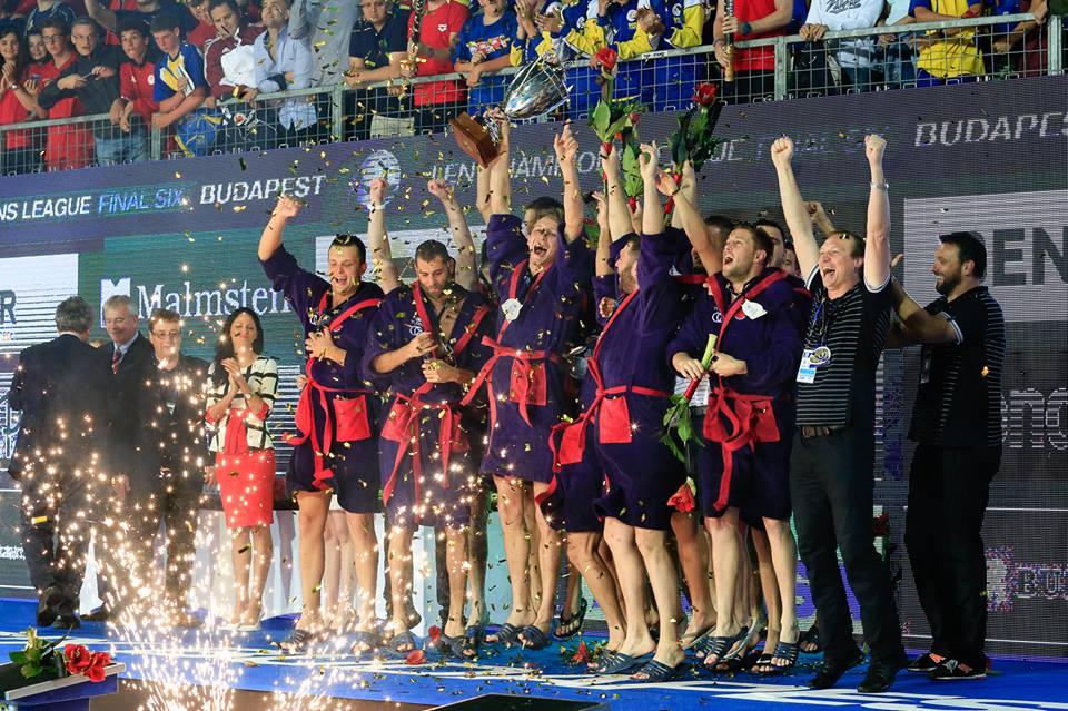 El plantel croata celebrando su cuarto título europeo / DAVID MADAR