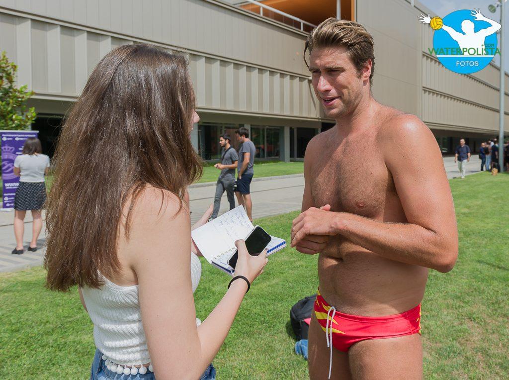 El deportista ceutí junto a la redactora de WATERPOLISTA.com durante la entrevista / ATELIER PHOTO