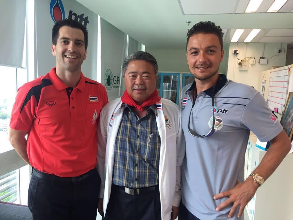 Alfonso Merino junto a varios dirigentes del waterpolo tailandés / A.M.