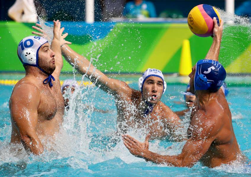 Un lance del partido de ayer entre las selecciones de Serbia y Grecia / REUTERS