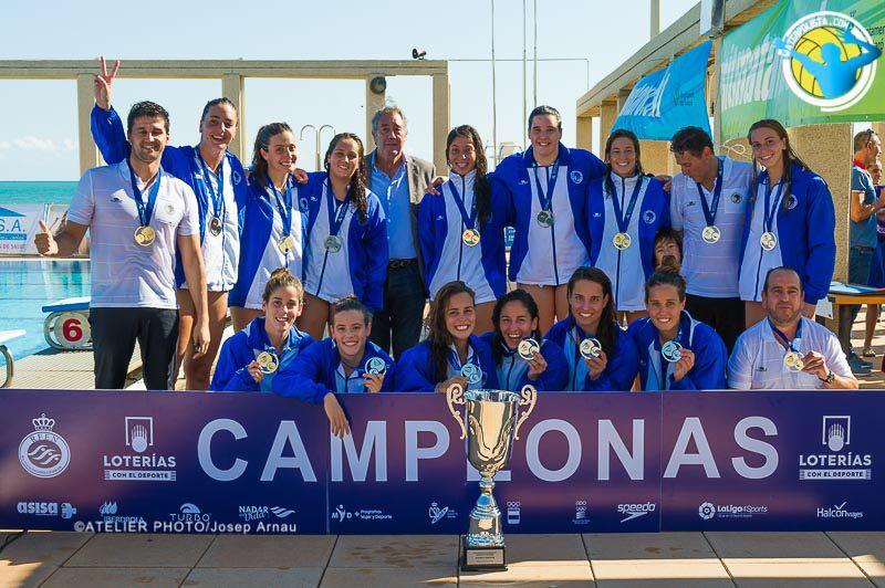 Las chicas del Sabadell después de proclamarse campeonas de la Supercopa de España / JOSEP ARNAU (ATELIER PHOTO)