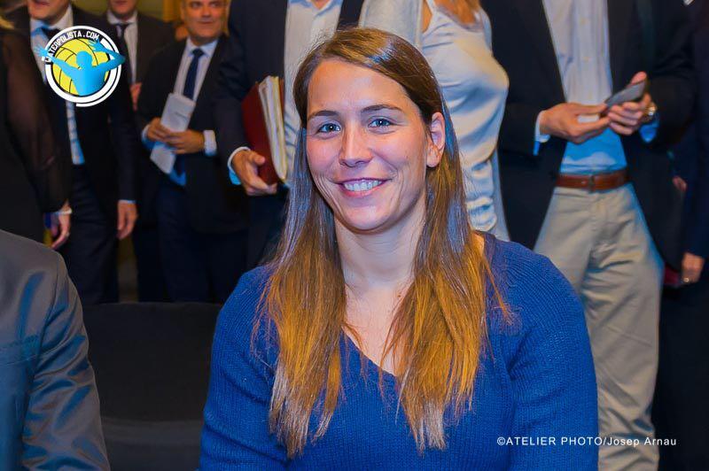Laura López se muestra muy satisfecha con la recuperación de la mano / JOSEP ARNAU (ATELIER PHOTO)