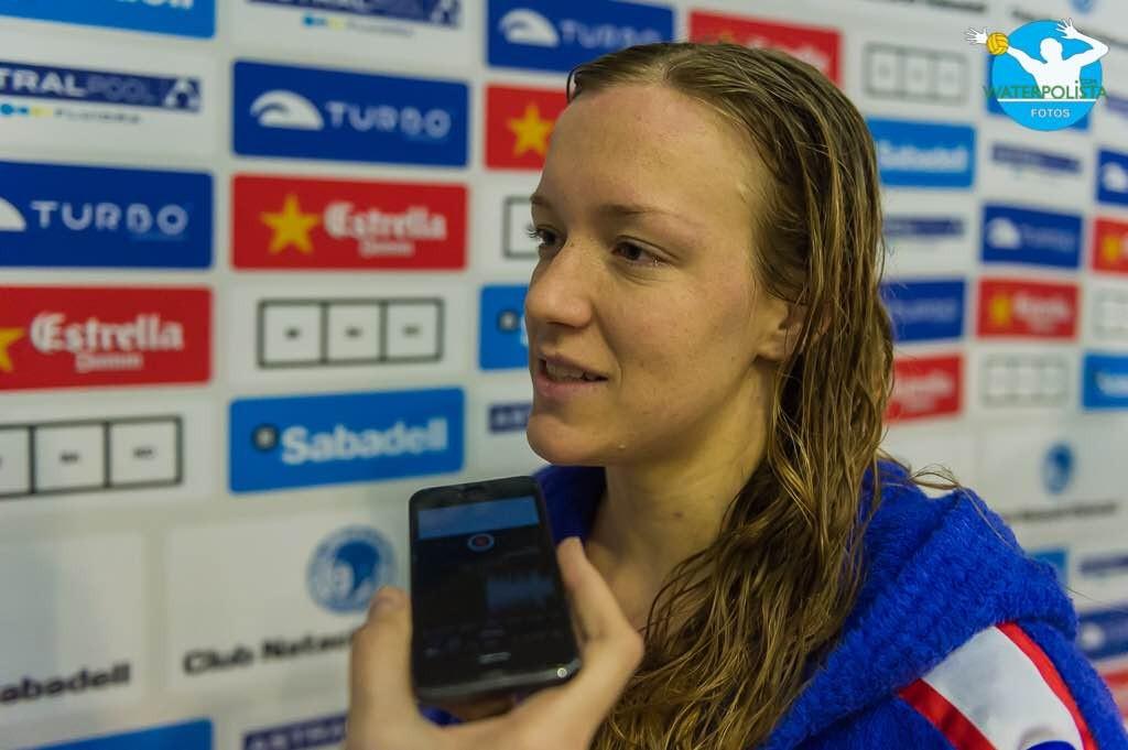 La jugadora de La Sirena CN Mataró en zona mixta / ATELIER PHOTO